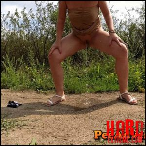 Pee on a dirt road standing – Full HD-1080p, outdoor, pee, Peeing, piss (Release November 15, 2016)