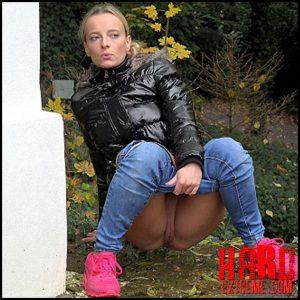 Pink Sneakers – Got2Pee – Full HD-1080p, outdoor, pee, Peeing, piss (Release November 09, 2016)