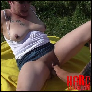 Outdoor-fisting mit monster-squirting with crazy-carmen – Full HD-1080p, pussy fisting, crazy hand (Release July 19, 2017)