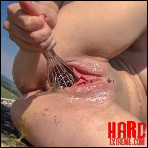 Queensnake – Whipped Eggs Jeby – Full HD-1080p, whisk, pee, orgasm, outdoor (Release March 23, 2018)