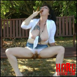 Chienne Mary French scat slut – Poop in my panty outdoor – Full HD-1080p, pooping outdoors, panty pooping (Release April 18, 2018)